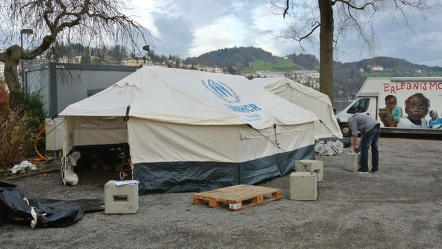 Auf dem Luzerner Europaplatz wird ein Zelt-Camp aufgebaut.