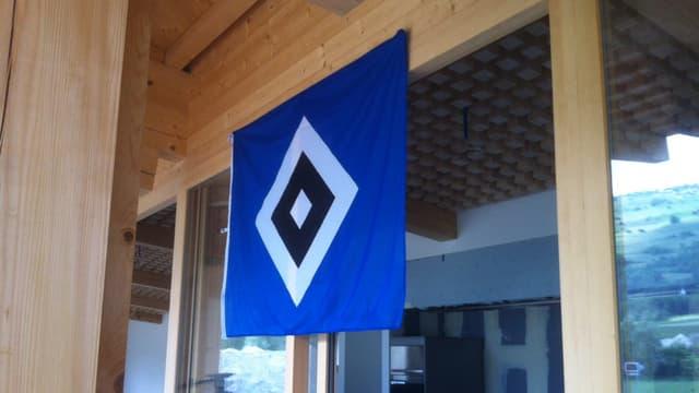 bandiera blaua cun quadrat grond alv entamez, en quest quadrat anc in quadrat nair