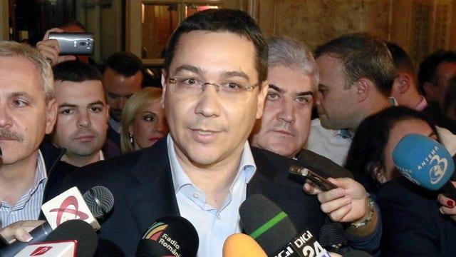 Ponta mit Brille spricht in Mikrofone.