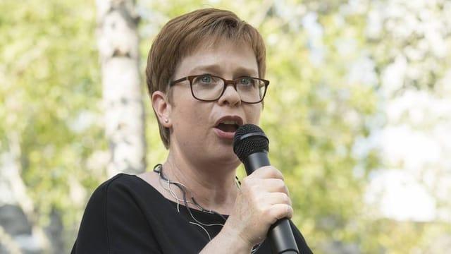 Kandidatin Ruth Müri im Portrait mit einem Mikrofon in der Hand