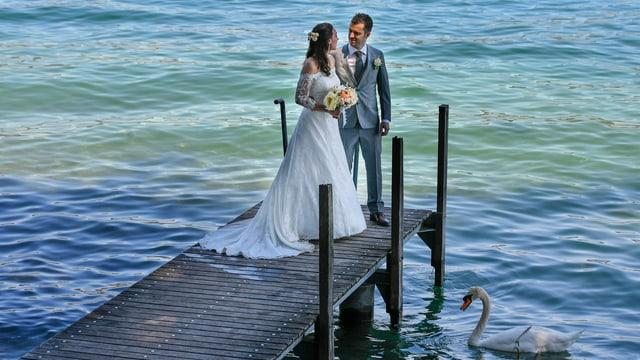 Ein Hochzeitspaar am See