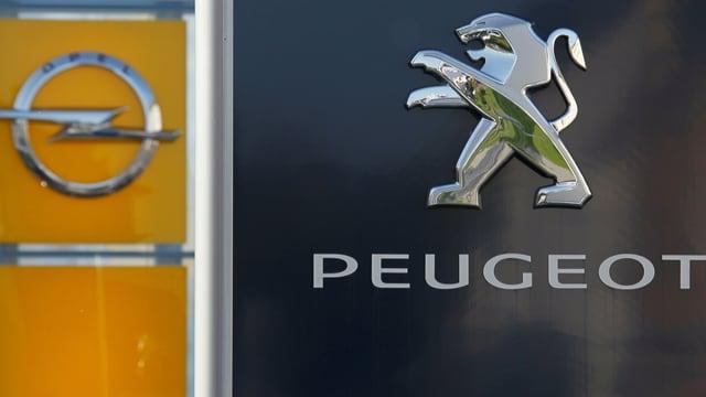 Logos der Automarken Opel (Blitz) und Peugeot (Löwe).