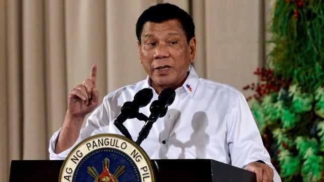 Rodrigo Duterte vor einem Mikrophon