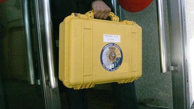 Ein gelber Kofffer – darin befindet sich die Black Box des Unglückszuges von Galicien.