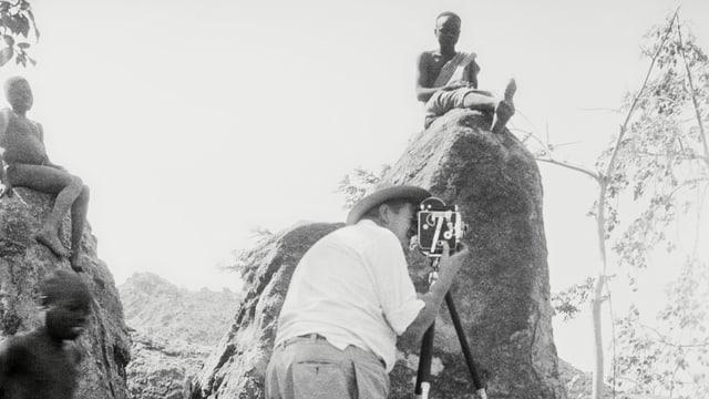 René Gardi filmt in Afrika.