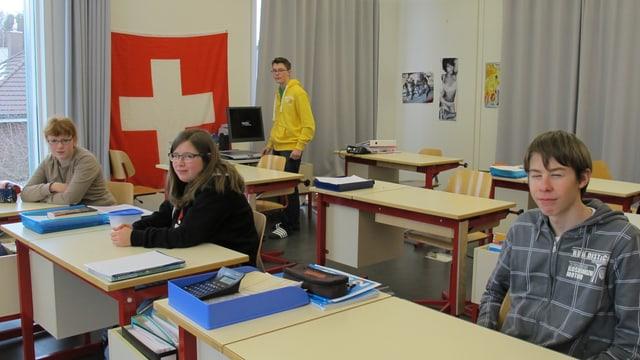 Karin, Annika, Martin und Benjamin in ihrem Klassenzimmer.