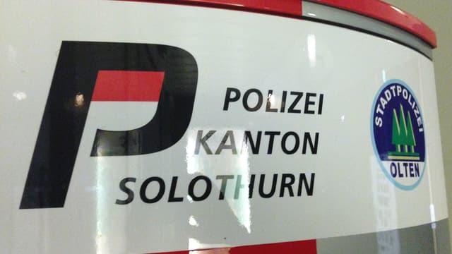 Notrufsäule der Polizei mit den Logos der Solthurner Kantonspolizei und der Stadtpolizei Olten