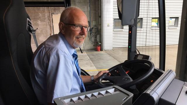 Daniel Zahm in der Führerkabine eines Busses.