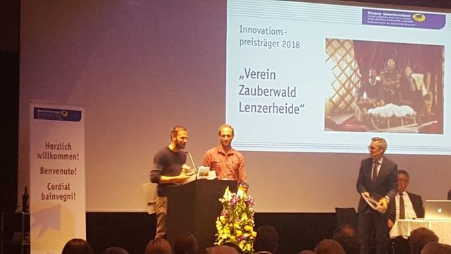 Ils dus iniziants Giancarlo Palioppi e Primo Berera engrazian per il premi d'innovaziun.