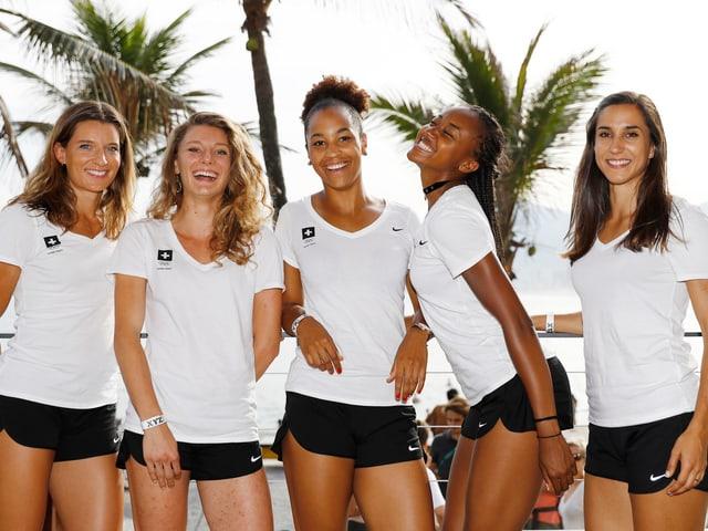 Am Strand von Ipanema: Ellen Sprunger, Ajla Del Ponte, Salome Kora, Sarah Atcho und Ersatzläuferin Marisa Lavanchy.