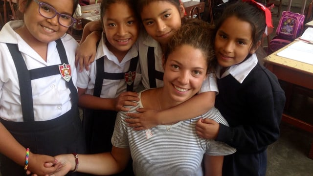 Laura Schwab mit peruanischen Schülerinnen und Schülern.