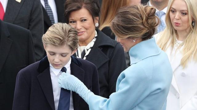 Melania rückt Barron die Krawatte zurecht.