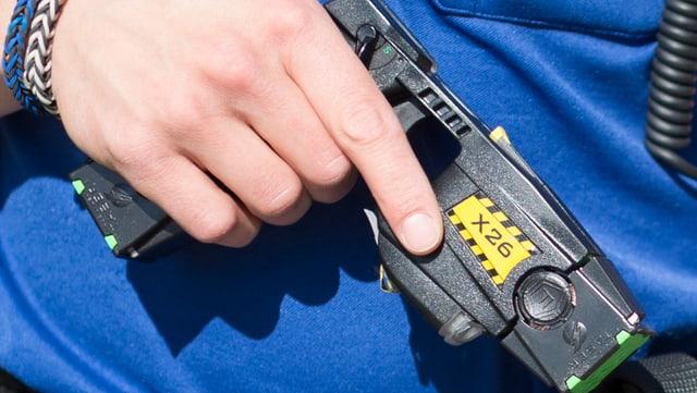 Polizist mit Elektroschockpistole in der Hand