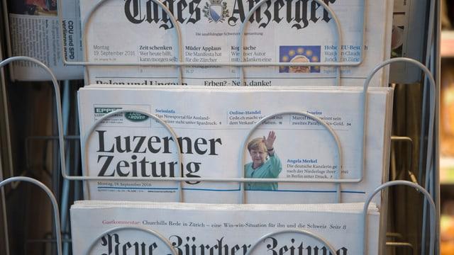 Zeitungsständer mit dem Tagesanzeiger, der Luzerner Zeitung und der Neue Zürcher Zeitung.