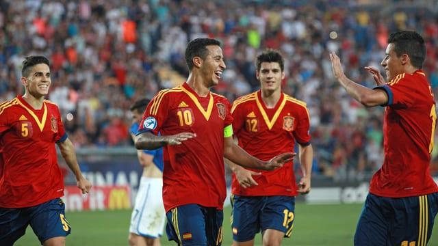 Die Spanier bejubeln den 3. Treffer.