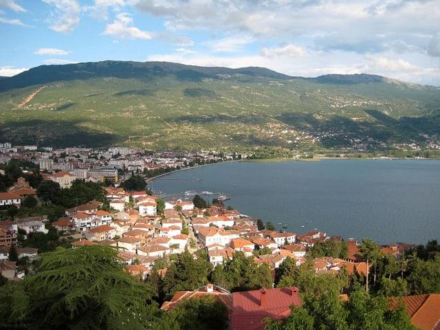 Die Stadt Ohrid liegt am gleichnamigen See, soll eine schöne Altstadt haben und wird von vielen Touristen besucht.