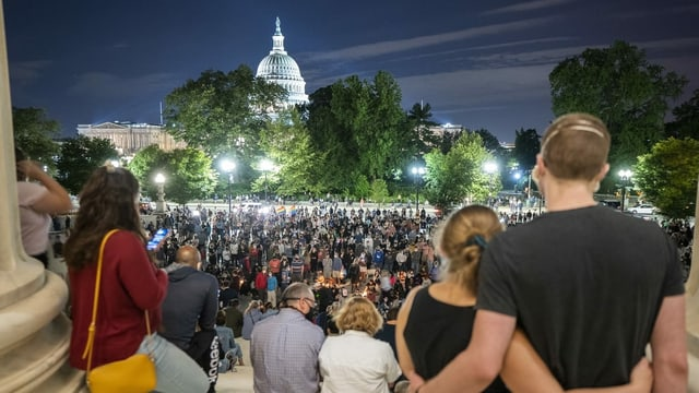 Zu sehen sind viele trauernde Menschen in Washington.
