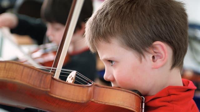 Junge spielt Geige.