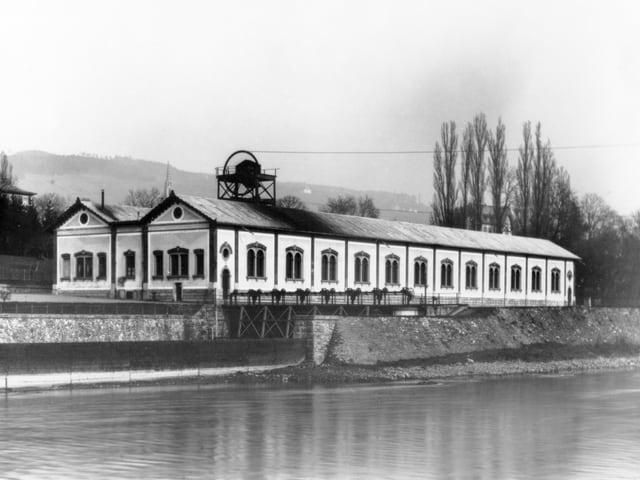 Die Sihl im Vordergrund, im Hintergrund das EWZ Letten - ein langes, einstöckiges Haus, schwarz-weiss.
