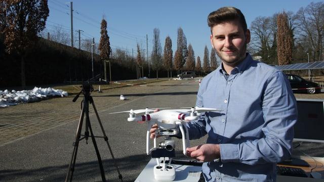 Jonas Schild von der Berner Fachhochschule mit einer Drohne.