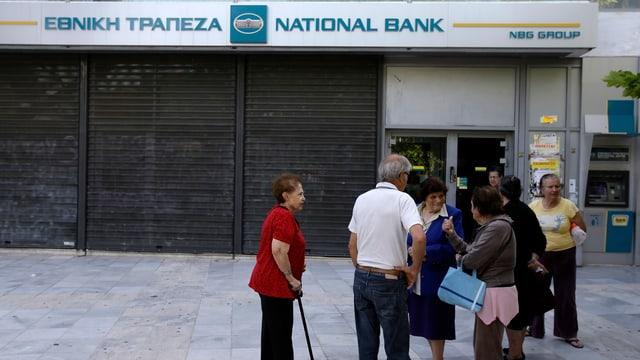 Griechen vor geschlossener Bank in Athen.