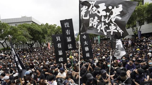 Protestierende mit schwarzen Fahnen.