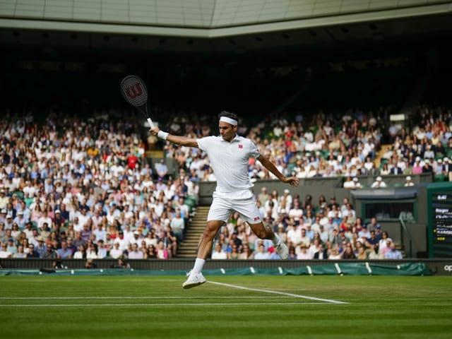 Roger Federer bei seinem Zweitrunden-Spiel auf dem Centre Court.
