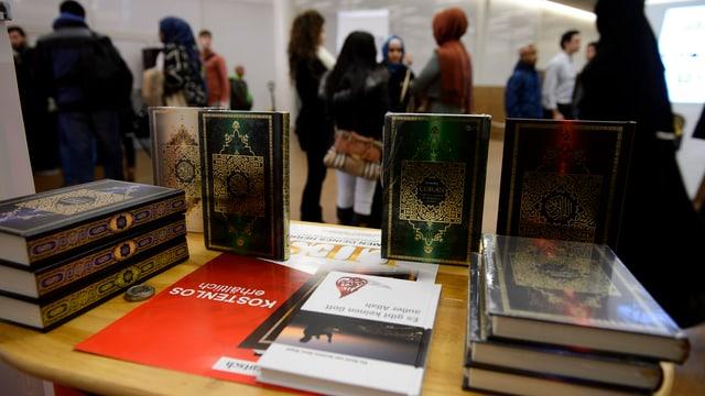 Koranbücher auf einem Tisch