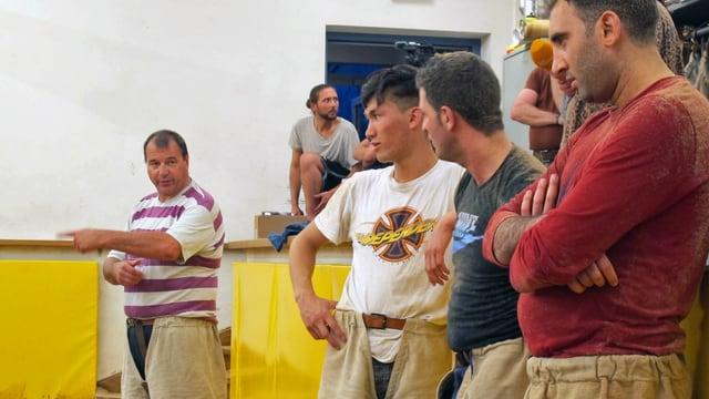 Ernst Schläpfer weist den Flüchtlingen den Weg ins Sägemehl.