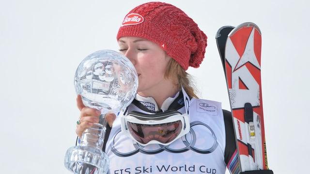 Mikaela Shiffrin mit der kleinen Kristallkugel für den Slalom-Weltcup.