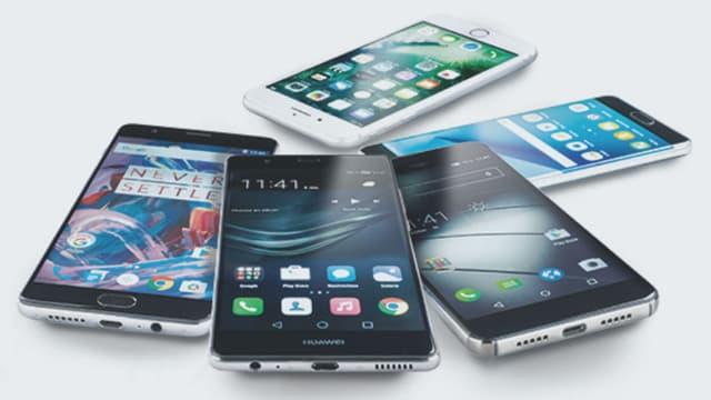 Fünf Smartphone-Modelle auf einer weissen Ablage.