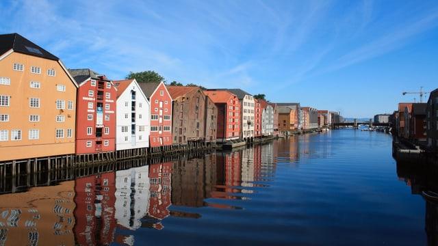 Historische Häuser unter wolkenlosem Himmel in Trondheim.