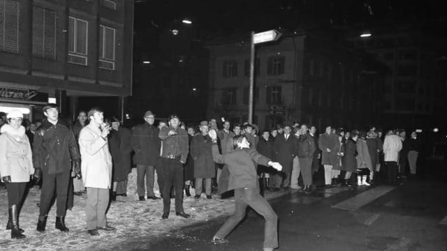 Grossaufmarsch von rebellischen Jugendlichen vor der Stadtpolizei Luzern im Januar 1969.