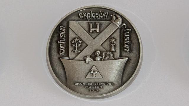 La medaglia creada da Antonino di Bella fa allusiun a l'iniziativa da fusiun da 5 vischnancas da la Cadi.