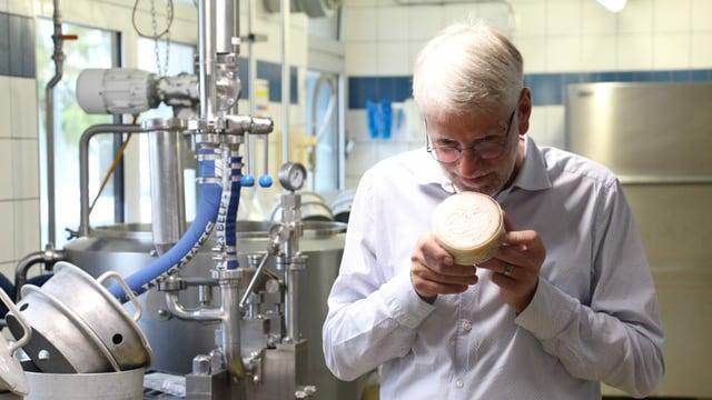 Riecht streng, und das ist gut so: Sepp Barmettler schnuppert an seiner legendären Käse-Kreation, dem «Stanser Fladä».