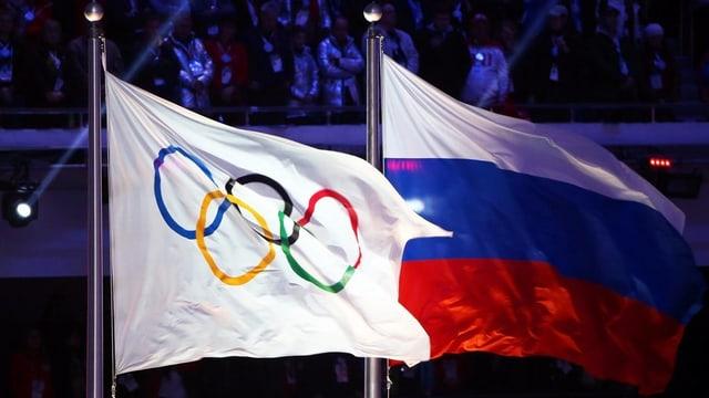 Bandiera cun ils tschertgels olimpics sper la bandiera da la Russia.