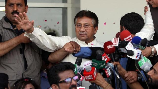 Musharraf umringt von Anhängern und Journalisten.