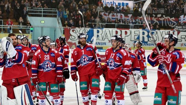 Die Spieler von Rapperswil-Jona feiern den Sieg aufgereiht an der Mittellinie.