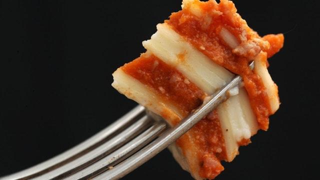 Eine Gabel voll Lasagne.