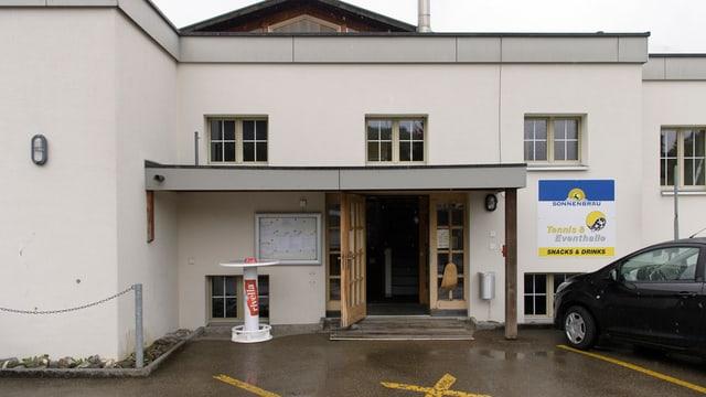 Eingang der grauen Tennishalle