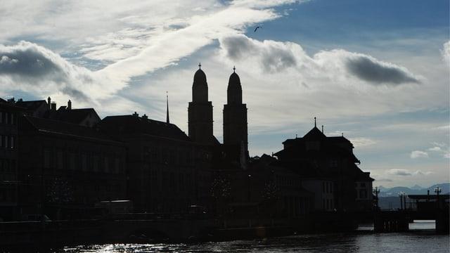 Grossmünster und Zürcher Rathaus vor Himmel mit Wolken