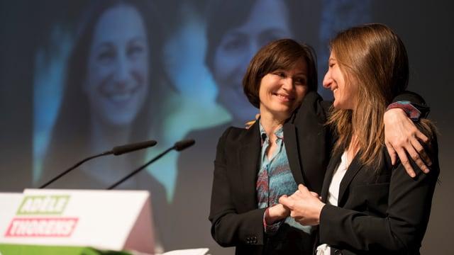 Regula Rytz und Adèle Thorens umarmen sich