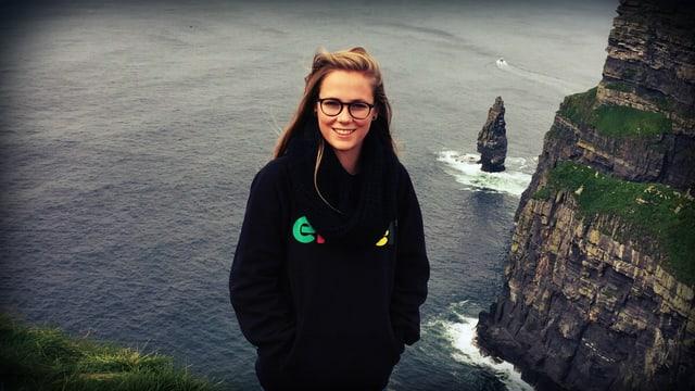 Lea Friedli steht an einer Küste.