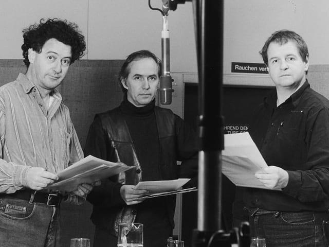 Ernst Süss, Geri Dillier, Hanspeter Müller-Drossaart im Hörspiel-Studio.