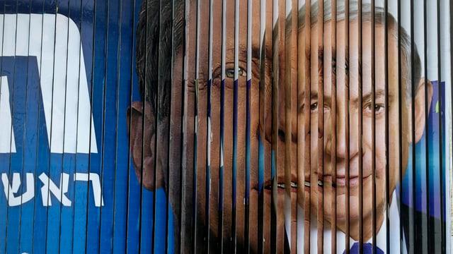 Zwei Männerköpfe auf einer Werbetafel