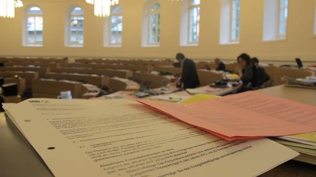 Akten auf einem Tisch vor dem Grossratssaal