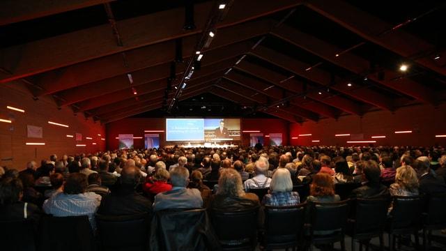 Impressiun da la radunanza generala 2015 da la Raiffeisen Surselva.