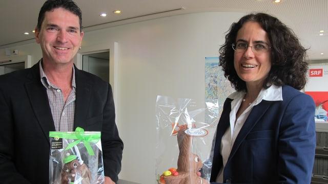 Stefan Kölbener (Chocolatier Kölbener) und Monika Müller (Chocolat Bernrain) vergleichen ihre Osterhasen.