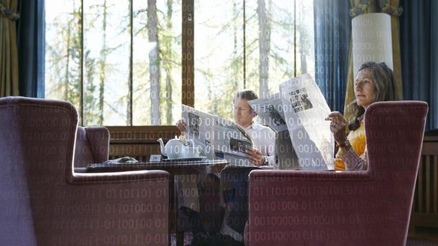 Ein Pärchen in gemütlichen Sesseln beim Zeitungslesen (vermutlich an einem Sonntagmorgen).