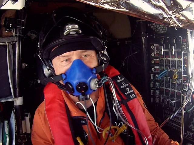 Ein Pilot sitzt in einem Cockpit.
